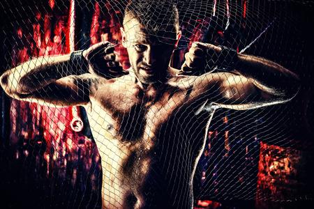 violence in the workplace: Hombre muscular hermoso en el viejo garaje.