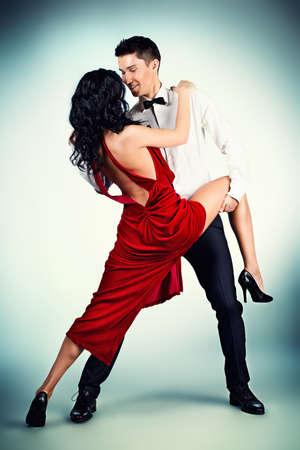 bailarines de salsa: Artistas profesionales hermosas bailando danza apasionada. Estudio de un disparo.
