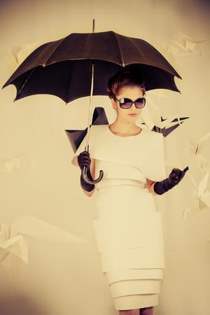maquillaje de fantasia: Arte disparo de moda de una hermosa mujer en traje de papel. Sepia.