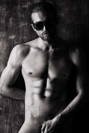 nude boy: Sexuelle muskulösen nackten Mann posiert über dunkel.