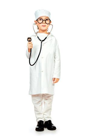 full length: Volledige lengte portret van schattige glimlachende jongen spelen van een arts. Verschillende beroepen. Geïsoleerd dan wit. Stockfoto