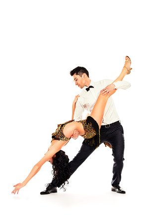 bailando salsa: Artistas profesionales hermosas bailando danza apasionada. Aislado en blanco. Foto de archivo