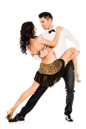 gente bailando: Artistas profesionales hermosas bailando danza apasionada. Aislado en blanco. Foto de archivo