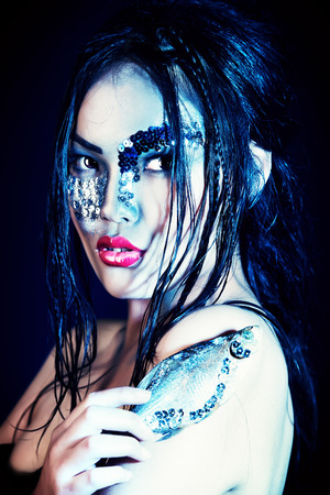 maquillaje de fantasia: Retrato de un modelo asi�tico con maquillaje de fantas�a.