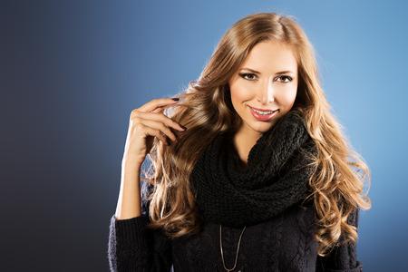 cabello largo y hermoso: Retrato de mujer joven con el pelo largo y hermoso vistiendo su�ter caliente negro. Foto de archivo