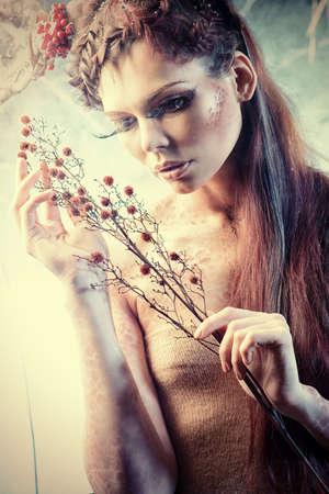 maquillaje de fantasia: Proyecto de arte. Close-up retrato de una chica hermosa en la imagen de una ninfa del bosque tiene arbusto.