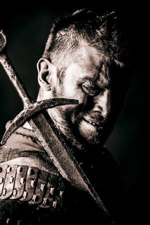 고대: 칼과 갑옷의 용기있는 고대 전사의 초상화.
