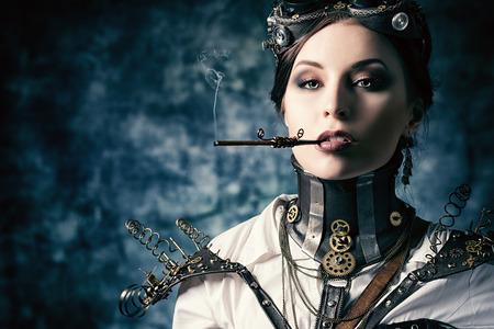 maquina de vapor: Retrato de una mujer hermosa del steampunk sobre fondo grunge. Foto de archivo