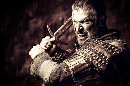 Il Walhalla 25565154-ritratto-di-un-antico-guerriero-coraggioso-in-armatura-con-la-spada