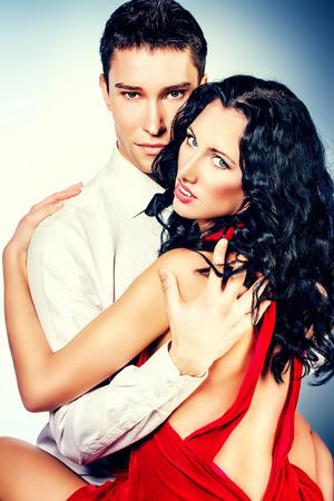 pareja apasionada: Hermosa joven pareja en el amor bailando la danza apasionada. Estudio de un disparo.