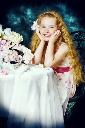 petite fille avec robe: Portrait d'une belle petite fille angélique sourire Banque d'images