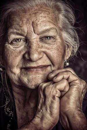 vejez feliz: Retrato de una hermosa mujer sonriente altos