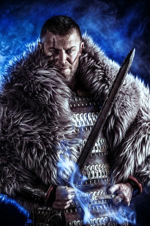 cavaliere medievale: Ritratto di un antico guerriero coraggioso in armatura con la spada.