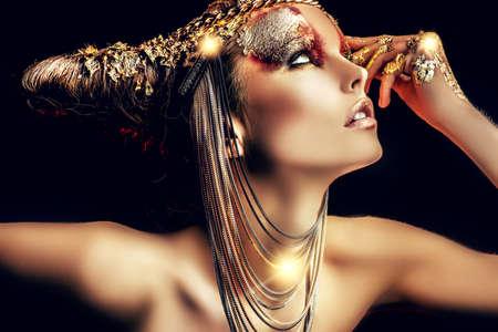 maquillaje de fantasia: Proyecto de arte: bella mujer con maquillaje de oro. Joyería, maquillaje. Moda. Sobre fondo negro.