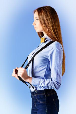 discreto: Modelo elegante chica posa en la blusa y corbata de lazo. Forme el tiro. Perfil. Foto de archivo