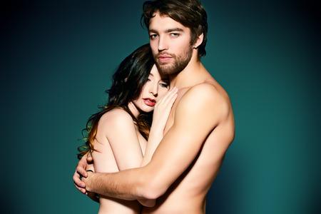 pareja desnuda: Hermosa pareja desnuda en el amor en un tierno abrazo.