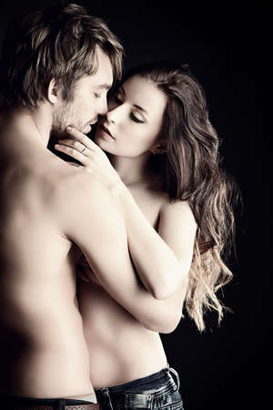 pareja desnuda: Hermosa pareja desnuda apasionada en el amor. Sobre fondo negro. Foto de archivo