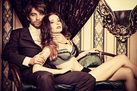 young couple sex: Красивая страстная влюбленная пара. Урожай интерьера.