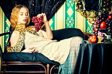 palacio ruso: Preciosa modelo en un vestido histórica rica. Vintage. Estilo de lujo.