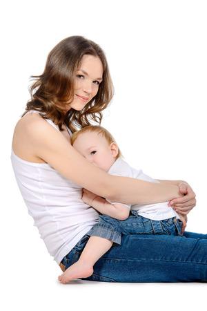 lactancia materna: Madre feliz con su peque�o beb�. Aislado en blanco. Foto de archivo