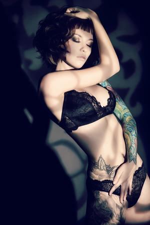 femme noire nue: Superbe jeune femme s�duisante dans la lingerie sexuelle sur un fond sombre.