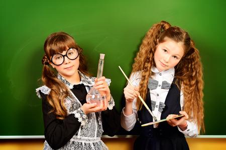diligente: Tema educativo: niños en edad escolar en un aula. Foto de archivo