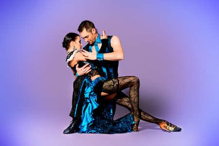 ballet hombres: Hermosas bailarinas profesionales realizan una danza de tango con pasión y expresión.