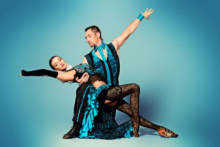 bailando salsa: Hermosas bailarinas profesionales realizan una danza de tango con pasión y expresión.