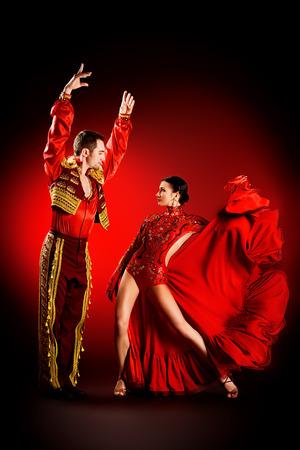 baile latino: Los bailarines profesionales realizan la danza latina. Pasión y expresión. Foto de archivo
