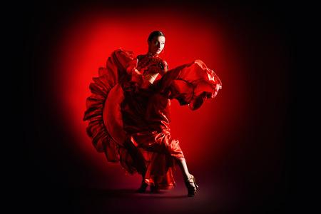 bailarines de salsa: Los bailarines profesionales realizan la danza latina. Pasión y expresión. Foto de archivo