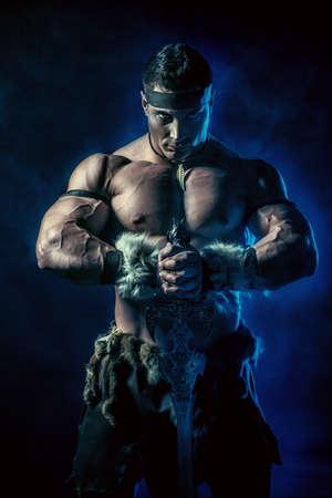 romano: Retrato de un antiguo guerrero musculoso con una espada.