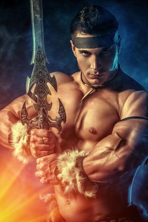savaşçı: Bir kılıç ile bir yakışıklı kaslı eski savaşçı portresi. Stok Fotoğraf