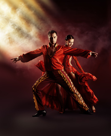 bailes latinos: Los bailarines profesionales realizan la danza latino. Pasión y expresión.