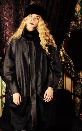 palacio ruso: Modelo de moda precioso con el pelo magnífico rubia con un rico traje histórico. Ropa de piel. Vintage. Estilo Lujo. Foto de archivo