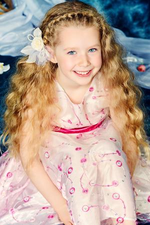 petite fille avec robe: Portrait d'une belle petite fille angélique sourire à la caméra. Vintage background. Banque d'images