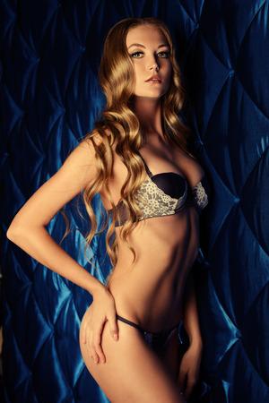 naked young women: Красивая молодая женщина в сексуальном нижнем белье на фоне урожай.