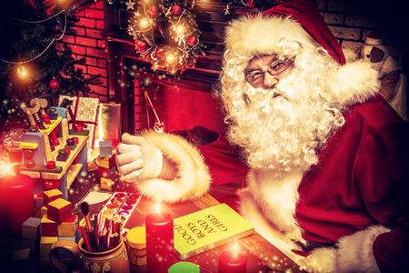 Kerstman het maken van cadeaus Kerstmis thuis.