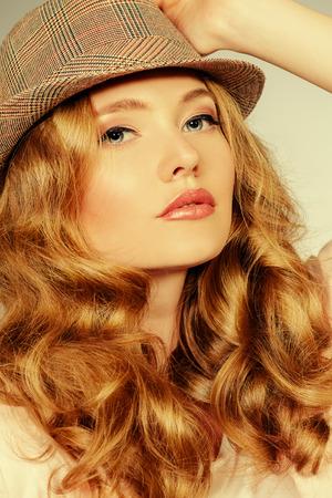 labios sensuales: Close-up retrato de una hermosa joven. El maquillaje, el cuidado del cuerpo.