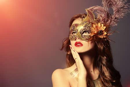 mascara de carnaval: Close-up retrato de una bella mujer joven con una máscara de carnaval. Vintage