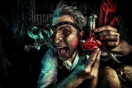 uitvinder: Portret van een gekke middeleeuwse wetenschapper die in zijn laboratorium. Alchemist. Halloween.