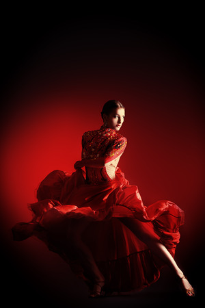 bailarines de salsa: Hermosa bailarina profesional realiza danza latino. Pasi�n y expresi�n.