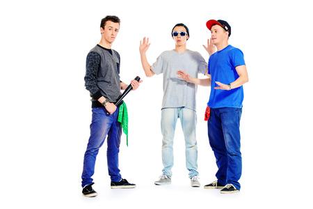 pandilleros: Tres chicos amigos pasan tiempo juntos. Diferentes emociones. Aislado en blanco. Foto de archivo