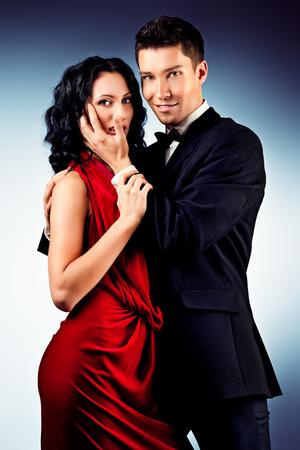 pareja apasionada: Hermosa joven pareja en el baile del amor apasionado baile. Estudio de un disparo.