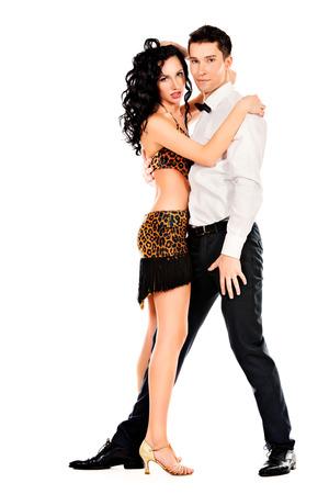 baile latino: Artistas profesionales hermosas bailando la danza apasionada. Aislado en blanco.
