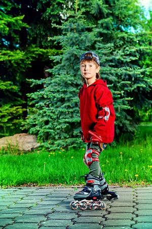 ni�o en patines: Enfriar ni�o de 7 a�os patines en la calle. Infancia. Summertime.