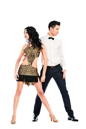 bailes latinos: Artistas profesionales hermosas bailando la danza apasionada. Aislado en blanco.