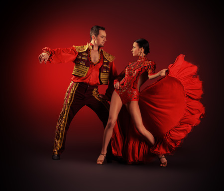 baile latino: Los bailarines profesionales realizan la danza latino. Pasión y expresión.