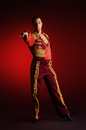 bailarines de salsa: Retrato de un bailarín latino hombre guapo.