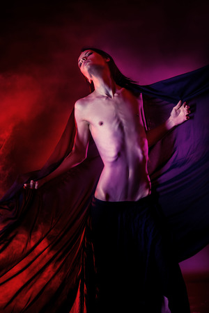 ballet hombres: Foto del arte de un hermoso hombre moreno elegante bailando con aireado gasa negro. Moda. Foto de archivo