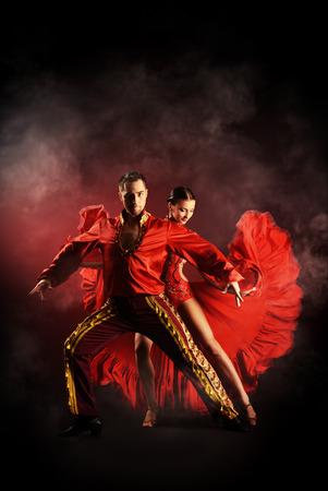 bailarines de salsa: Los bailarines profesionales realizan la danza latino. Pasión y expresión.